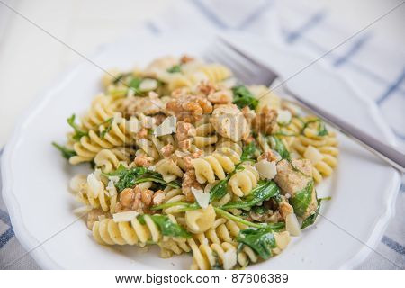 Pasta with arugula and walnuts