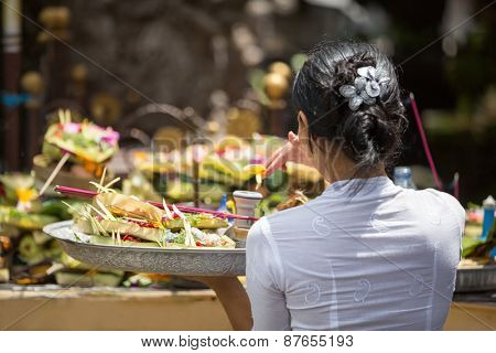 Hindu ceremony, bring offering to Gods