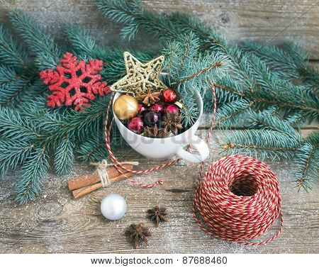 Christmas (new Year) Decoration Set: A Cup Full Of Colorful Christmas Tree Toys, Cinnamon Sticks And