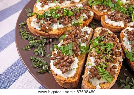Crostini with goat cheese and Beluga lentils