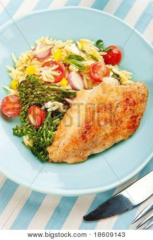 Pechuga de pollo con ensalada de Pasta y Broccolini