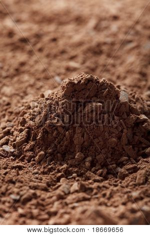 pila de cacao en polvo con trocitos de chocolate fondo, DOF superficial