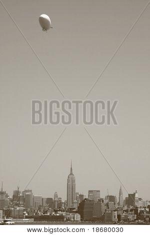 Vista de um Zeppelin sobre skyline de Midtown Manhattan