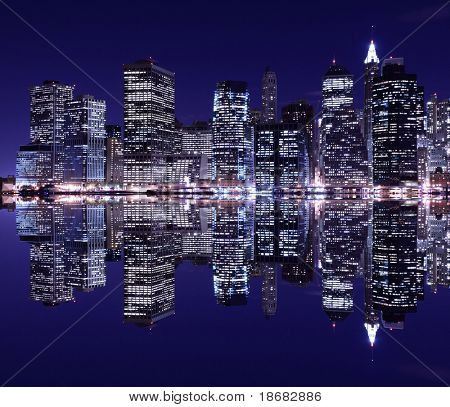 Skyline de New York City em Lower Manhattan, na luz da noite