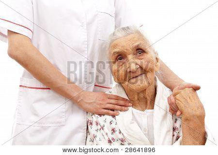 Mano del joven médico para los ancianos