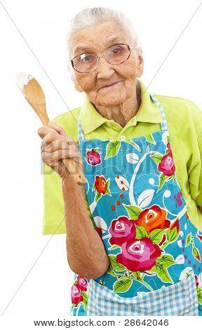 Mujer feliz con cuchara de madera