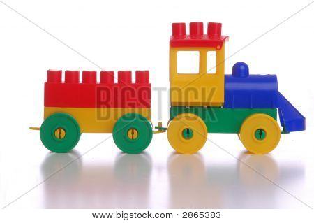 Tren de plástico de juguete, fondo blanco