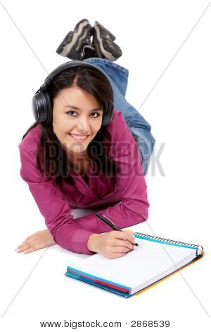 Estudante sorrindo enquanto estudava