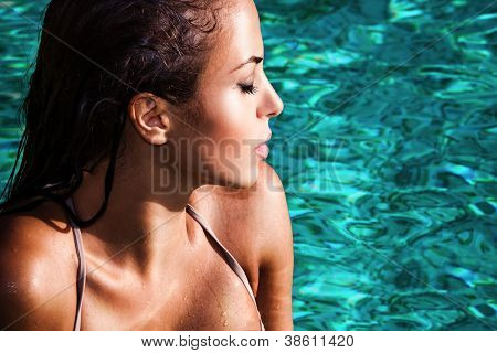 mujer joven en el retrato de la piscina, tomar sol, perfil