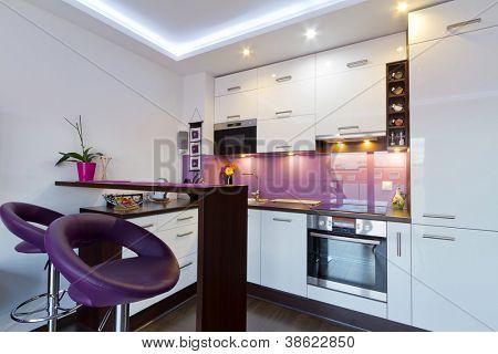 Interior de cocina blanco y morado