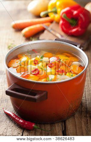 sopa de verduras en olla