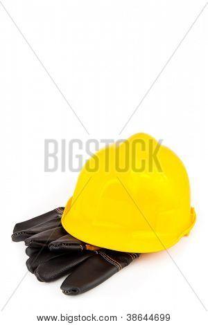 Capacete e luvas de proteção do Construtor no fundo branco