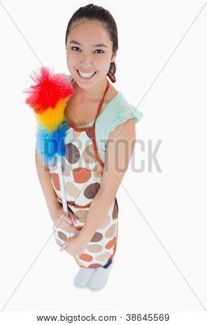 Mujer feliz celebración plumero