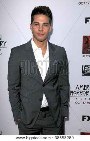 LOS ANGELES - OCT 13: Dean Geyer kommt an die