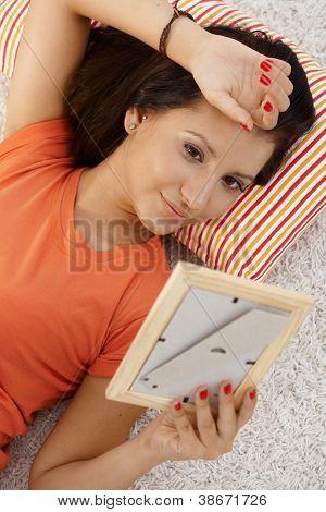 Junge Frau verliebt, Blick auf Foto Freund, Tagträumen zu Hause.