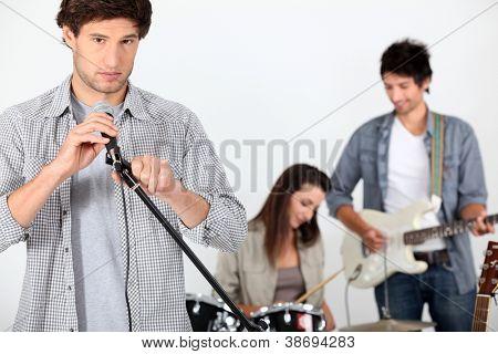 Três músicos ensaiando