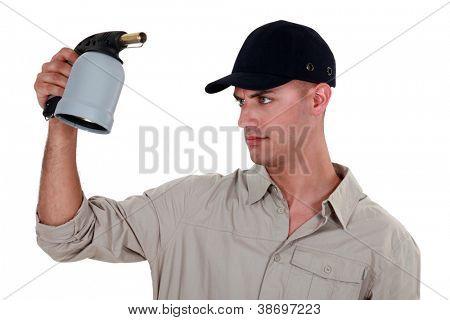 Un trabajador manual, comprobar su soplete.