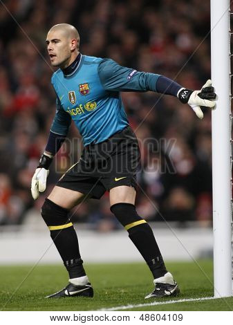 LONDON, ENGLAND. 31/03/2010. Barcelona goalkeeper Victor Valdes  in action during the  UEFA Champions League quarter-final between Arsenal and Barcelona at the Emirates Stadium