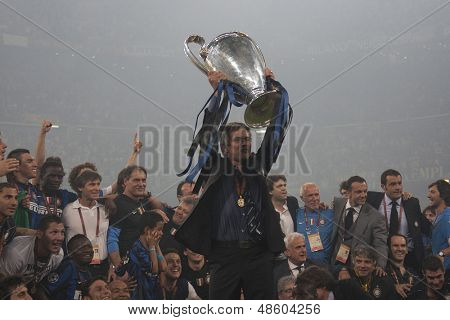 MADRID, SPAIN. 22/05/2010. Milan's head coach Jose Mourinho holds the trophy in front of the  Milan players after winning the  Champions League final. played in The Santiago Bernabeu Stadium, Madrid.