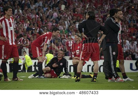 MADRID, SPAIN. 22/05/2010. Munich's midfielder Mark van Bommel consoles Munich's forward Ivica Olic? after they lost the  Champions League final. played in The Santiago Bernabeu Stadium, Madrid.