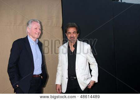 LOS ANGELES - 29 de JUL: Jon Voight, Joe Mantegna chega na festa de verão 2013 CBS TCA no priv