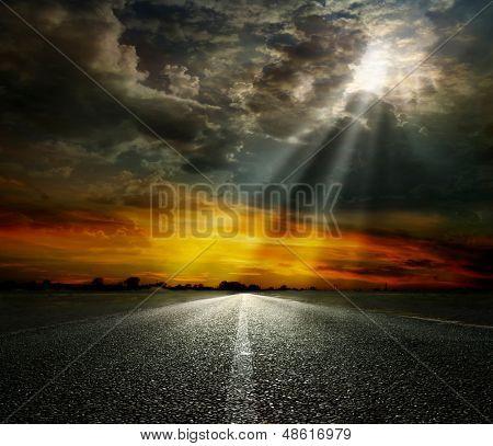Dramatischer Himmel über eine asphaltierte Straße