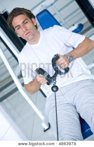 Mann in der Turnhalle
