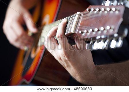 Hombre tocando la guitarra