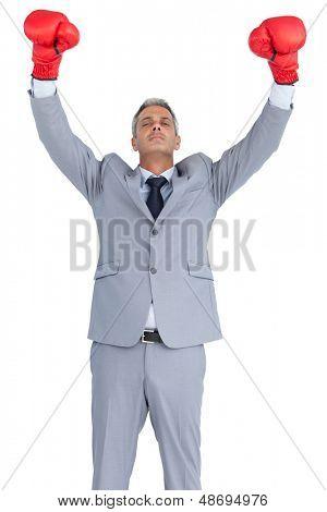 Empresário arrogante, posando com luvas de boxe vermelhas sobre fundo branco