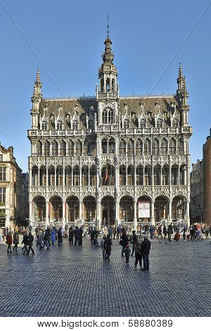 Brussels, Belgium - Fevrier 2:  Tourists Crowned In The Main Square In Brussels On February 2, 2014