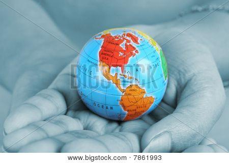 Mujer mano sosteniendo un globo