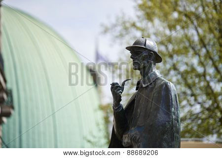 LONDON, UK - APRIL 22: Bronze statue of Sherlock Holmes. April 22, 2015 in London. The statue, situated in front of Baker Street station, was commissioned by the Sherlock Holmes Society in 1999.