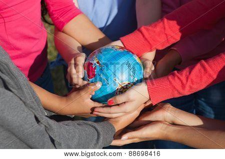 Children Hold Globusup