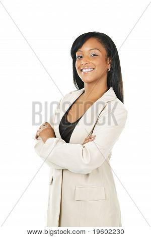 Empresária preta sorrindo com braços cruzados