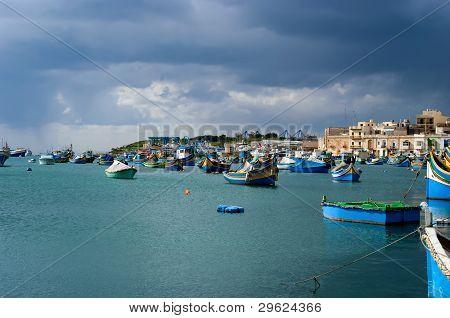 bunte Fischerboote im Dorf Marsaxlokk, malta