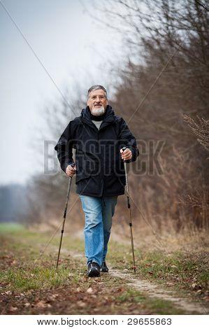 Senior hombre nordic walking