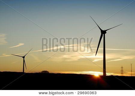 Silueta de dos turbinas de viento en la madrugada. Reino Unido
