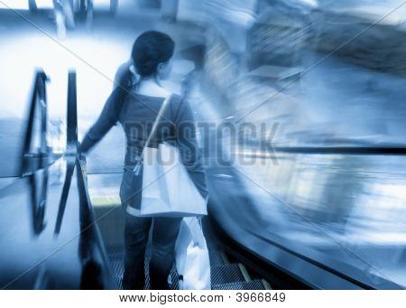 Mulher na escada rolante