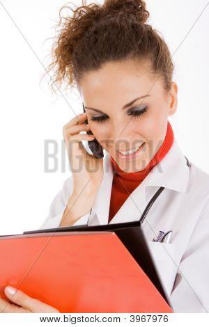 Mujer médico llamando