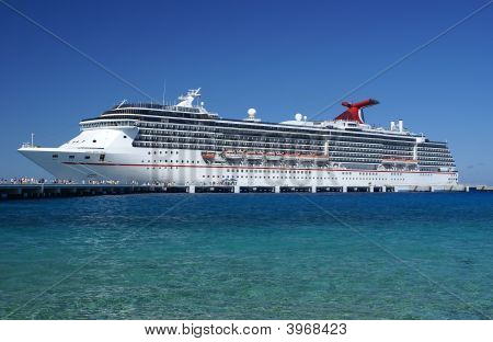 Kreuzfahrtschiff an den Docks.