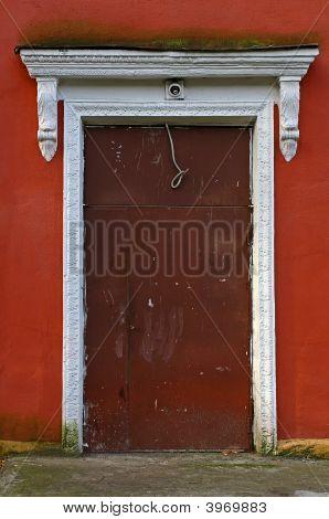 红墙上的门