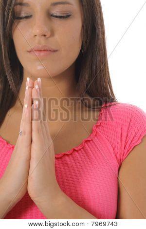 linda menina orando upclose