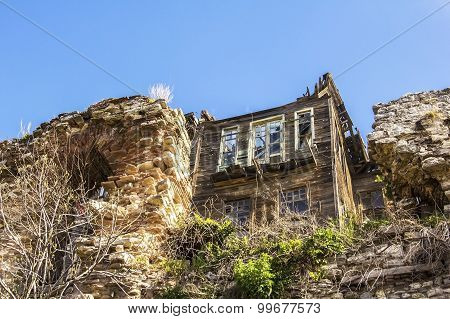 the ruins of a wooden house among the remains of the ancient walls of Constantine