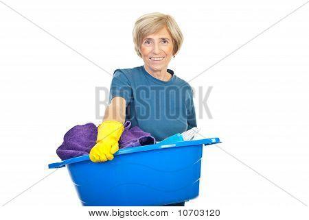 Dona de casa sênior com a roupa