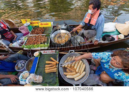 BANGKOK, THAILAND, February 17, 2015 : Food Sellers frying sausages at the new Khlong Phadung Krung Kasem floating market in the Thewet district in Bangkok, Thailand