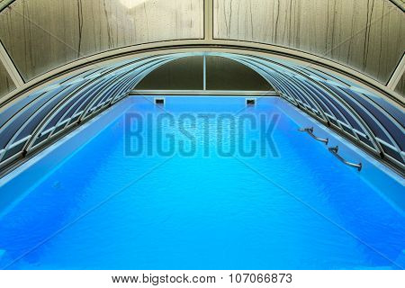 Outdoor swimming pool with automatic pool cover