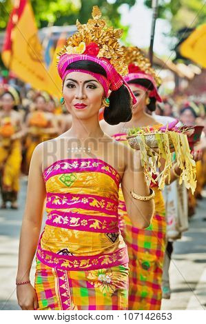 Procession Of Balinese Women Carrying On Religious Offering