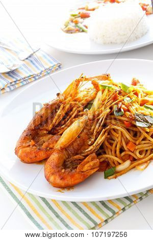 Italian Thai Fusion Food  Spaghetti Stir Fry With Thai Spicy  And Sour Sauce And Fried Prawns.