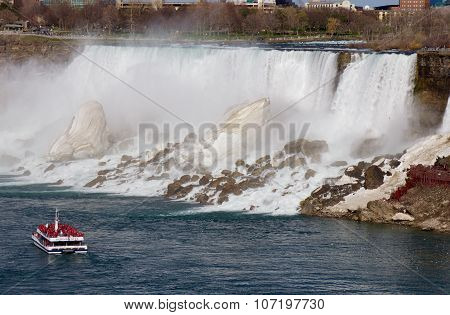 Beautiful Photo Of The Ship In Front Of The Niagara Falls