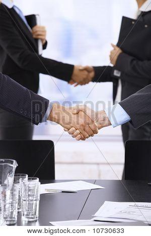 Empresários, agitando as mãos